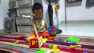 Bé Xếp hình đồ chơi, Bé lắp ghép đồ chơi tại nhà