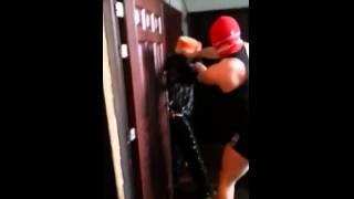 Когда кто то ссыт под дверь