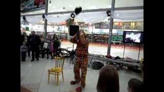 Цирковое представление клоуна в ТРЦ