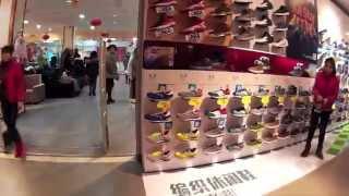 Цены в Китае. Одежда и обувь китайских брендов(Цены в Китае. Видео снято в китайском городе Линьдянь. Во время прогулки по торговой улице, на глаза попался..., 2015-04-25T05:28:17.000Z)