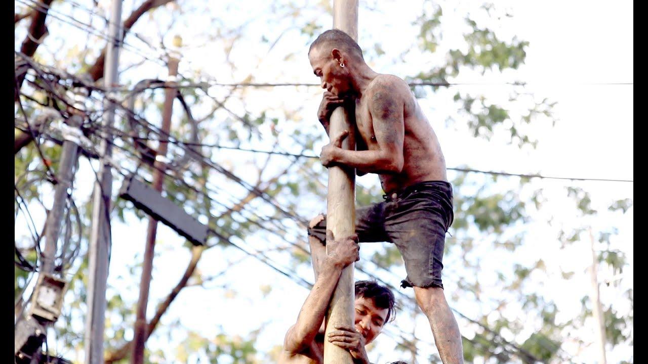 Keseruan Panjat Pinang Warga Paropo Makassar