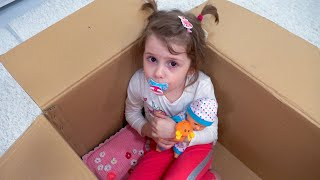 Eva quiere jugar con su mamá y lleva al bebé a un viaje, una divertida aventura para los niños.