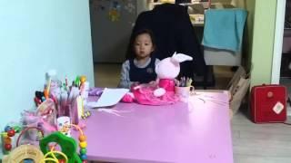 5살 세은이의 인형 옷입히기 놀이
