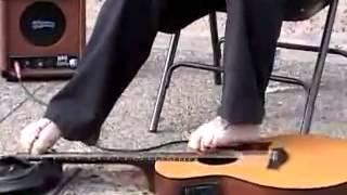 Không tay chơi guitar (www.yotv.vn)