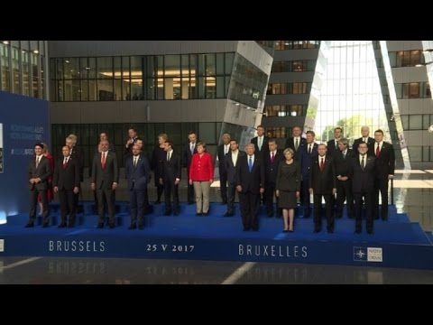 NATO: leaders pose for traditional family photo