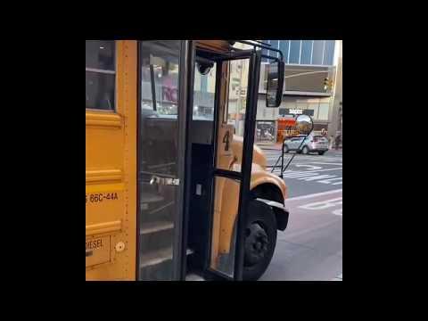 Lo sacan por la fuerza del autobús escolar junto a sus juguetes