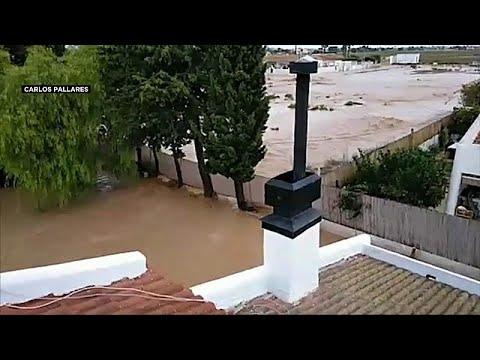 شاهد: عائلة إسبانية علقت 5 ساعات كاملة قرب سقف منزلها الذي غمرته مياه الفيضانات…  - نشر قبل 3 ساعة