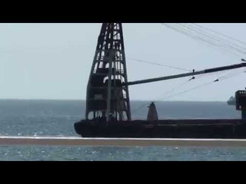 20100402_the crane with two tug boats in Ilha beach, Luanda
