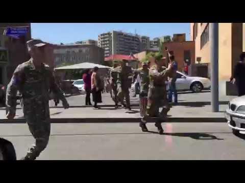 Люди в военной форме присоединились к акции протеста в Ереване 23 апреля