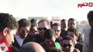 بالفيديو.. انهيار أبناء محمود عبد العزيز لحظة دفنه