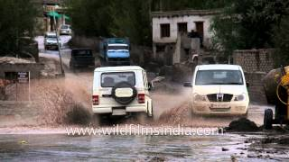 Kashmir floods: Mahindra Bolero and Xylo splash through muddy waters