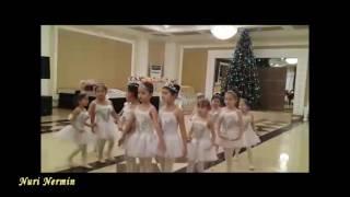 Дети танцуют танец снежинок
