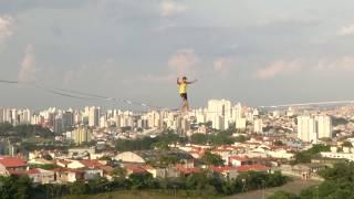 تحدي الخطر.. المشي على الحبال بين مباني مهجورة في البرازيل على ارتفاع 70 طابقًا