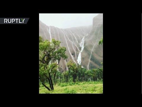 Las fuertes lluvias convierten a la famosa Ayers Rock de Australia en una cascada