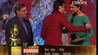 Ranbir Kapoor Touch Deepika Padukone Feet In Colors Screen Awards Baba Mehta