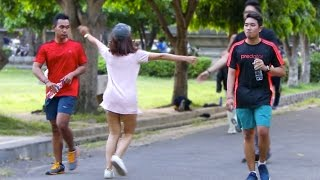 Cewek Ngajak Pelukan Orang gak Kenal! Prank Indonesia.