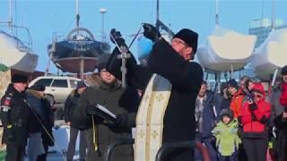 Жители Владивостока окунаются в крещенскую прорубь