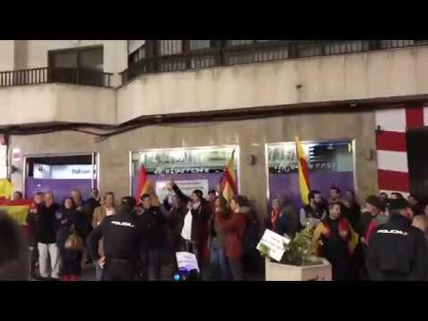 Concentración contra el humorista Dani Mateo a las puertas del teatro Quijano de Ciudad Real