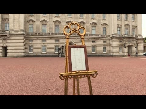 Royal baby announced on notice at Buckingham Palace