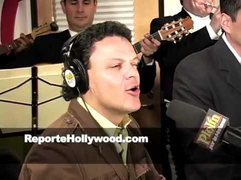 Pedro Fernandez cantando a las mamas