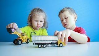Дети играют в машинки убирают фасоль. МанкиИгры#48