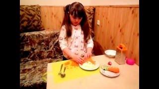 Красивый и очень вкусный салат Ежик!Готовят дети.