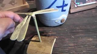 絶妙なバランンスの竹とんぼ。台とトンボはつながっていません。