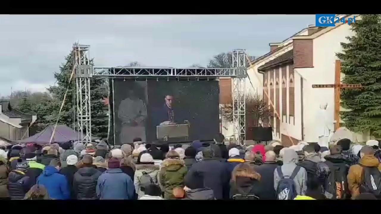 Fragment mszy podczas pogrzebu tragicznie zmarłych nastolatek w Koszalinie