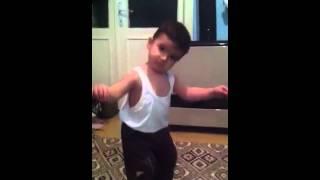 Ankara havası oynarken zombiye bağlayan çocuk