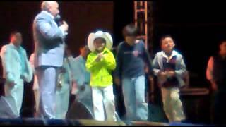 Lupillo Rivera El barzon y regalando dinero! Rio hodo 17/05/2013