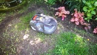 Der leise Husqvarna Automower 315 im Einsatz mit Hindernissen im Garten