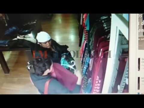 Las cámaras de un local de ropa cipoleño captó el robo de dos mecheras con un bebé