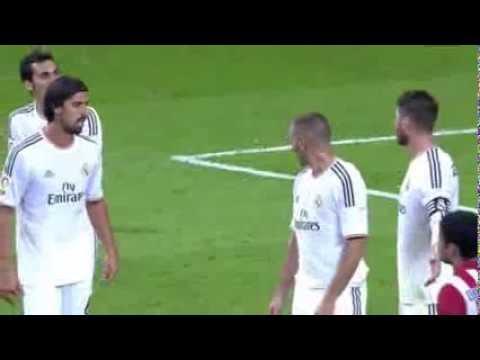 Benzemá y Pepe tienen una discusión en el area del Madrid