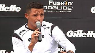 Alexis Sánchez realizó evento publicitario y compartió con hinchas en Plaza Italia