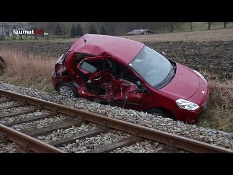 Auto auf Bahnübergang in Scharten von Zug erfasst