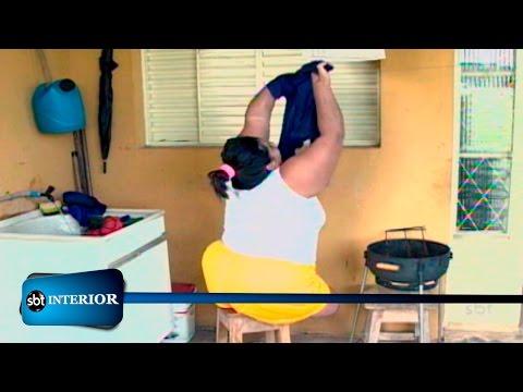 Superação: sem as duas pernas, mulher usa banquinho para viver normalmente