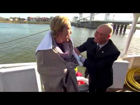 DUTCH TV Reporter Falls into a river!! COMPLETE VIDEO -FULL HD. Reportera Cae en el Río