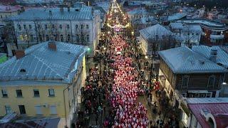 До Нового года больше двух недель, но Москва и другие города страны уже в ожидании чуда.