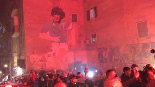 Maradona, dolore e cordoglio ai Quartieri spagnoli: cori e applausi davanti al murale dell'argentino
