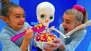 Las Ratitas encuentran un esqueleto en casa y aprenden a jugar!! thumbnail