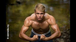 Baixar Ben flexing his muscles