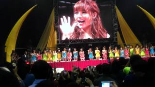 香港ライブ終了後のプレゼント抽選会の様子。