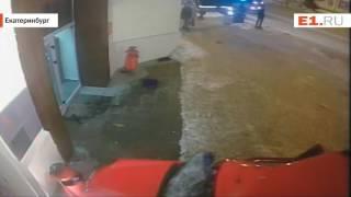 Камера наблюдения сняла, как китайский автомобиль превратился в груду металла после ДТП в центре Ека