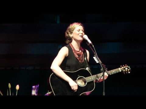 Jennifer Nettles (sugarland)  singing