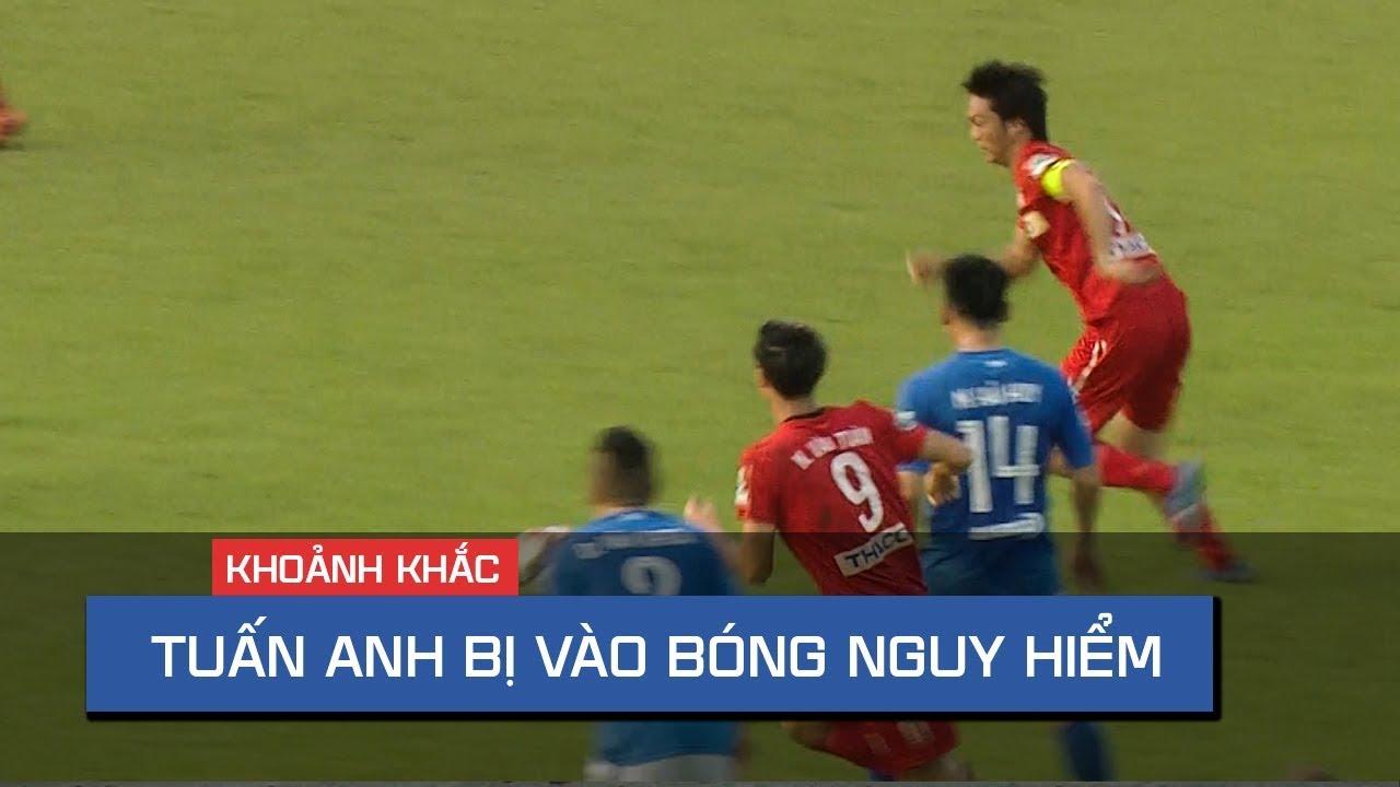 Pha vào bóng nguy hiểm bằng 2 chân của cầu thủ Quảng Ninh với Tuấn Anh (HAGL)