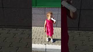 Niña de dos años cantando en Rusia se hace viral