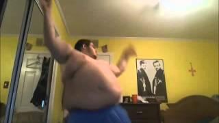 Толстяк танцует смотреть всем😂