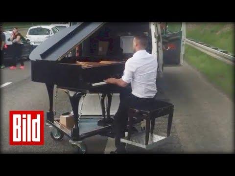 Stau - Klavier-Konzert auf der Autobahn