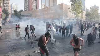 Manifestantes chocan con la Policía durante una protesta en Santiago