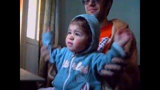 Девочка 1 год прикольно танцует под индийский клип